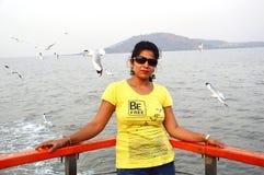 Posição indiana bonita do retrato das mulheres no barco imagem de stock royalty free