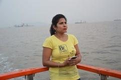 Posição indiana bonita do retrato das mulheres no barco foto de stock royalty free