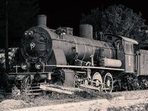 A posição locomotiva velha nos trilhos foto de stock royalty free
