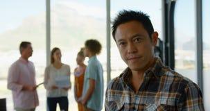 Posição masculina asiática do executivo empresarial no escritório moderno 4k filme