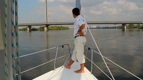 Posição masculina nova na curva do navio Vela, atividades exteriores video estoque