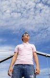 Posição modelo do homem bonito novo sob a nuvem Fotografia de Stock Royalty Free