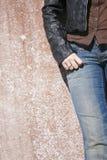 Posição modelo fêmea na parede Foto de Stock Royalty Free