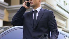 Posição nervosa irritada do homem de negócio na rua e argumentação com o sócio no telefone filme