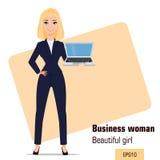 Posição nova da mulher de negócios dos desenhos animados A menina loura bonita no escritório veste guardar o portátil Imagens de Stock Royalty Free