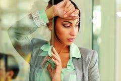 Posição pensativa bonito da mulher de negócios Foto de Stock Royalty Free