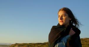 Posição pensativa da jovem mulher na praia 4k filme