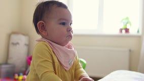 Posição pequena da criança do bebê perto do sofá e para acalmar sério video estoque