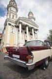 Posição retrocar velha no fundo da igreja Fotografia de Stock