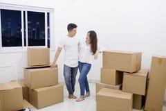 Posição romântica dos pares em um apartamento novo imagem de stock royalty free
