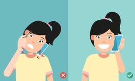 Posições erradas e corretas para falar através do telefone esperto ilustração stock