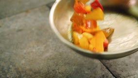 Posi?ku narz?dzania jedzenia pokrojonych grul dzwonkowy pieprz zdjęcie wideo