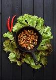posiłku zdrowy jarosz Chanterelle pieczarki smażyć w lanym iro Fotografia Stock