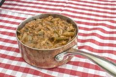 Posiłek w miedzianym garnku na kuchennej tkaninie Fotografia Royalty Free