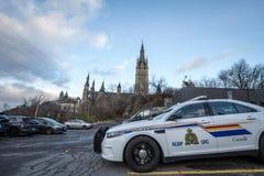 Posi??o do carro de pol?cia de RCMP GRC na frente da constru??o canadense do parlamento imagens de stock royalty free