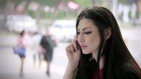 Posibilidad de empleo pensamientos y formulario de inscripción de firma hermoso de la mujer joven de la concentración en el centr almacen de video