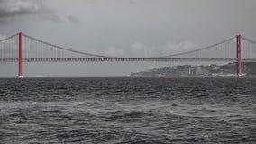 Posibilidad muy remota de 25 de Abril Bridge en Lisboa Foto de archivo libre de regalías