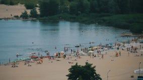 Posibilidad muy remota de la gente en la playa en un día de verano soleado almacen de video