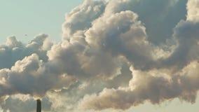 Posibilidad muy remota de los humos que suben de las chimeneas de la fábrica almacen de video