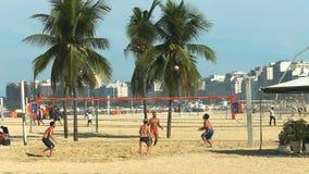 Posibilidad muy remota de un juego del footvolley de los hombres en la playa del copacabana en Río almacen de metraje de vídeo