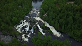 Posibilidad muy remota del treshold de la cascada de la UNESCO profundamente en los bosques rusos almacen de metraje de vídeo