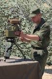 Posibilidades del telémetro de la demostración del soldado. fotos de archivo