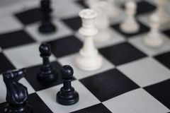 Posición del ajedrez con la reina y el empeño, juego medio fotos de archivo libres de regalías