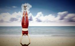 Posición del pino de las mujeres en la playa Fotografía de archivo libre de regalías