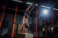Posición del pino en entrenamiento del hombre del pectoral de la caja en los pectorales del gimnasio Foto de archivo