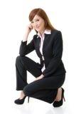 Posición en cuclillas de la mujer de negocios Foto de archivo libre de regalías