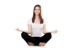 Posición en cuclillas hermosa de la hembra de la yogui a piernas cruzadas Imagenes de archivo