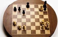 Posición final del jaque mate respecto a viejo tablero de ajedrez Imagen de archivo