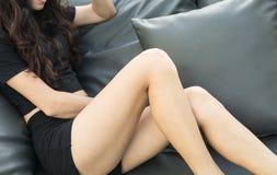 Posición sentada de la muchacha atractiva Fotografía de archivo