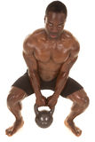 Posición en cuclillas del sudor del hombre fuerte con el peso Fotos de archivo