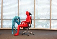 Posición sentada correcta respecto al entrenamiento de la butaca de la oficina Foto de archivo libre de regalías