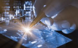 Posicione o gráfico da análise financeira do indicador do mercado de valores de ação no diodo emissor de luz Imagens de Stock Royalty Free