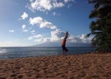 Posiciones del pino del hombre en la playa en Maui Foto de archivo