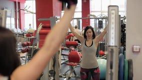 Posiciones en cuclillas en el gimnasio Paurlifting elevación Posiciones en cuclillas con un peso Los trenes de la mujer en el gim metrajes