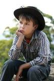 posiedzenie wiejskiego chłopca rock zdjęcie royalty free