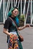 Posig da mulher elegante durante a semana de moda de Milan Men Fotografia de Stock