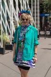 Posig da mulher elegante durante a semana de moda de Milan Men Foto de Stock