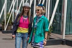 Posig de duas mulheres elegantes durante a semana de moda de Milan Men Foto de Stock Royalty Free