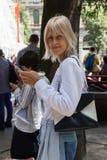 Posig de la mujer de moda durante la semana de la moda de Milan Men Fotografía de archivo