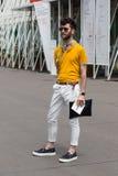 Posig de moda del hombre durante la semana de la moda de Milan Men Foto de archivo