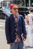 Posig de moda del hombre durante la semana de la moda de Milan Men Imagenes de archivo