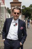 Posig elegante do homem durante a semana de moda de Milan Men Foto de Stock Royalty Free