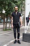 Posig elegante do homem durante a semana de moda de Milan Men Fotografia de Stock Royalty Free