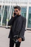 Posig elegante do homem durante a semana de moda de Milan Men Fotografia de Stock