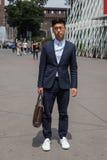 Posig elegante do homem durante a semana de moda de Milan Men Imagem de Stock Royalty Free