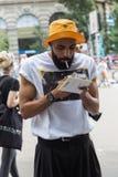 Posig elegante do homem durante a semana de moda de Milan Men Imagens de Stock Royalty Free